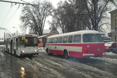 Startovní pozice autobusu i trolejbusu v Jirkově na AN. Velmi dobře je vidět hnusné počasí a břečka na zemi.