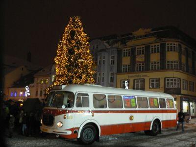 Rozsvícený Betlémský autobus u vánočního stromku na chomutovském náměstí 1. máje