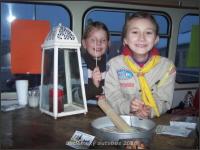 Děvčata z chomutovského 1. oddílu rozdávají světýlko v betlémském autobusu v roce 2010.